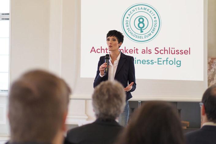 Foto Ulrike Hartmann bei einem Vortrag